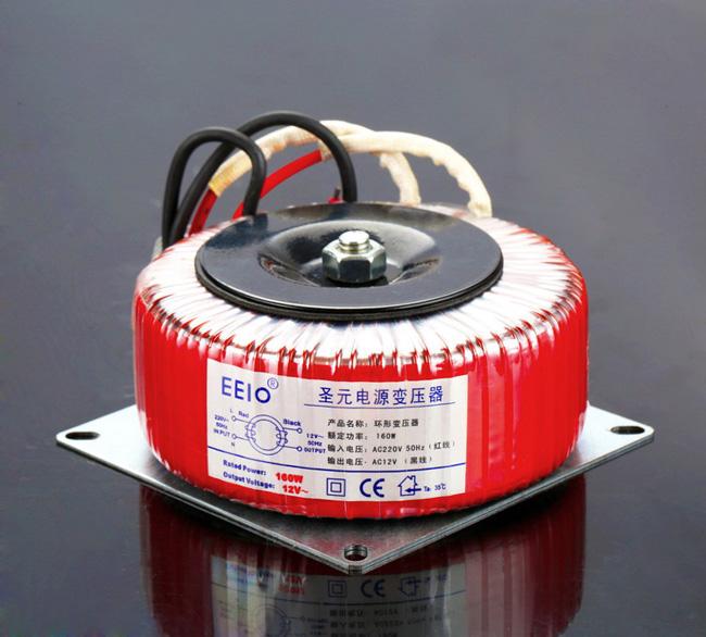 220V变压器能否输出380V电压这个问题不能单纯地回答说是能或不能。具体的是要看220V电压是指变压器的输入电压还是输出电压。   下面具体来解说一下这个问题: 1、220V指的是变压器的输入电压的话,那么输出是完全可以做380V电压的。220V转380V变压器这是一种比较常见的升压变压器。 2、220V指的是变压器的输出电压的话,那就不能接380V电压,此时变压器最大只能接(220V+220V*10%)=242V电压。 这是因为变压器的输出电压是不能超过其额定值的10%以上。一旦超过其额定值的话,变压