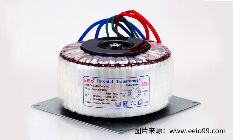 """近年来,在电子市场上,隔离变压器已广泛应用于电子工业或工矿企业、机床和机械设备中。而绕制隔离变压器的材料主要的就是铁芯和线圈,隔离变压器的铁芯即环形铁芯,又可分为A料铁芯、B料铁芯两种系列。 A料环形铁芯是采用冷轧晶粒取向硅钢片整带沿着""""取向""""方向卷制而成,再经过热处理及浸渍,使铁心的磁性能恢复。由于其特殊的结构使环形铁心性能优于EI形和C形。A料环形铁芯漏磁小、损耗小、温升低、效率高,并且体积小、重量轻、噪声低、没有震动。 B料环形铁芯与A料环形铁芯不同点是铁心不是由整料卷制而成"""