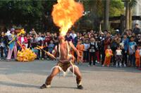 圣元家人观看佤族原生态表演