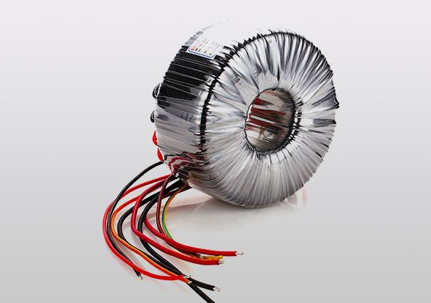 周围空气温度-30至+40,24小时的平均值不超过+35;超过+40时变压器的负载能力下降,低于0以下时,变压器的负载能力上升,负载功率可略超出额定功率。在-30的低温环境并不影响环形变压器的正常启动和正常工作,低温特性良好是环形变压器的优势。 环形变压器目前对安装地点海拨无要求。 周围空气湿度建议最大不超过90%,月平均湿度建议不超过75%。在湿度较高的环境中,建议使用防水型环形变压器,圣元防水变压器防护等级达IP67级,浸泡水中仍可长期工作。